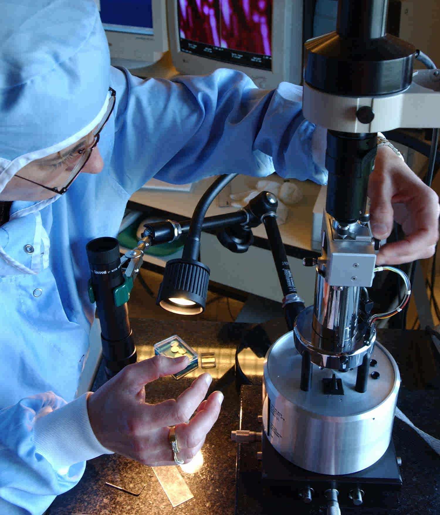 کاربرد آزمایشگاهی:میکروسکوپ نیروی اتمی AFM برای مشاهده نانو ساختار